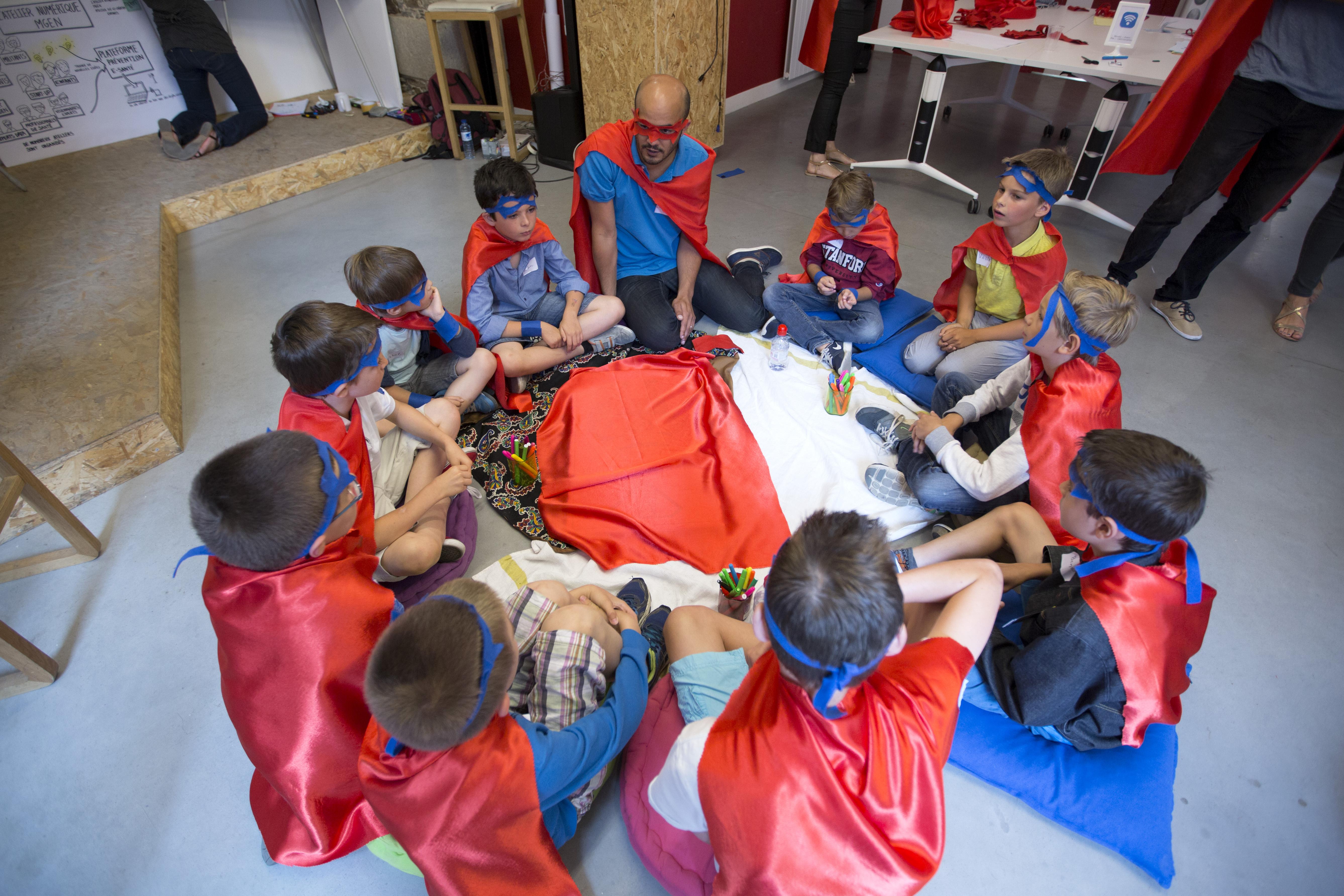 Les enfants autour d'un exercice prêt à être dévoilé lors de l'atelier numérique MGEN