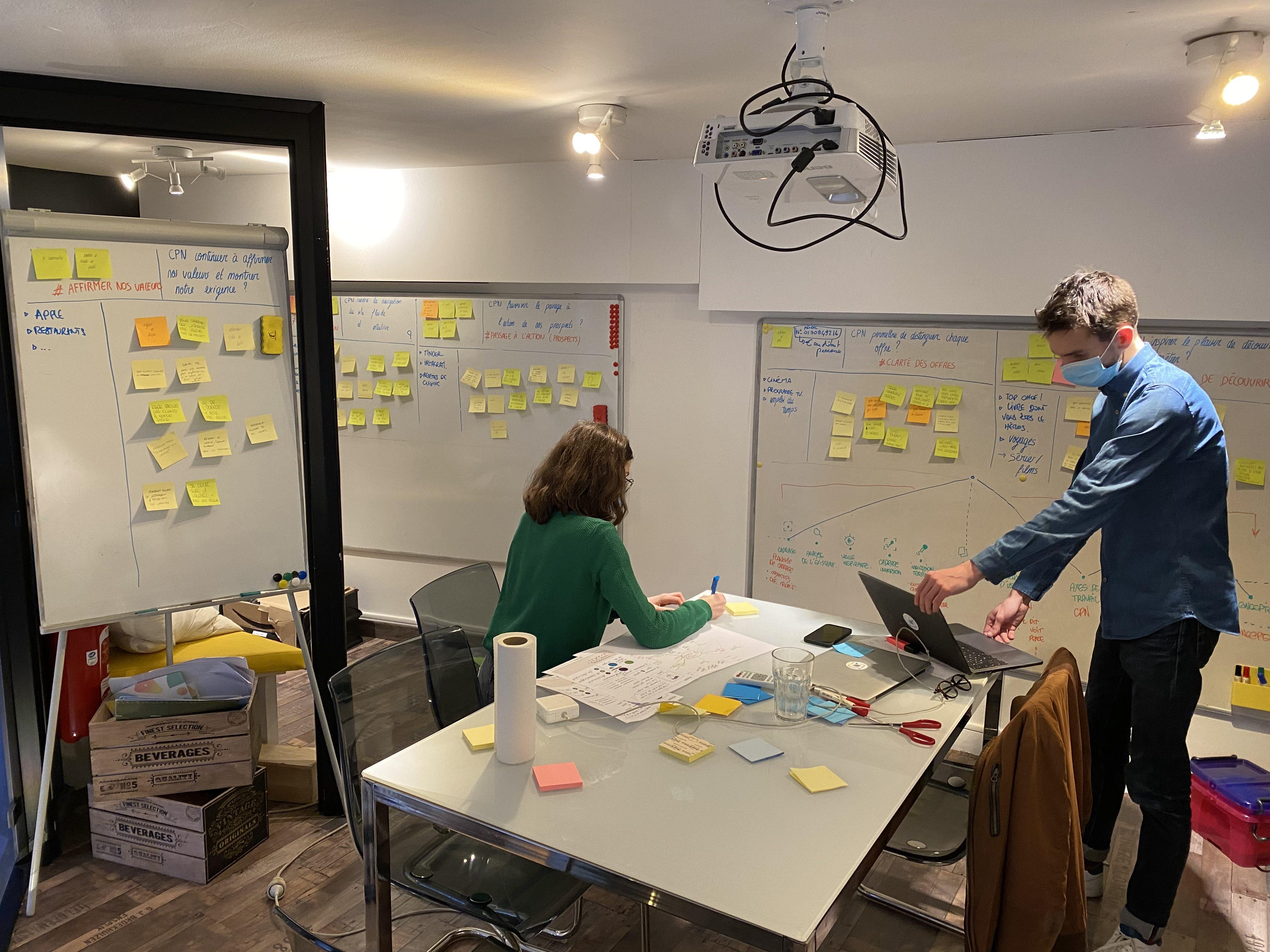 Julie et Paul travaillant sur la refonte de notre site internet